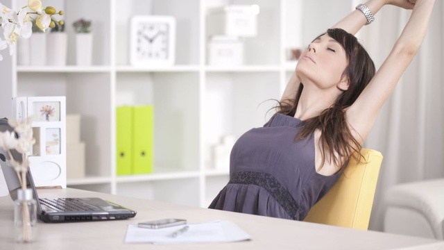 cwiczenia-w-pracy-przy-biurku-tez-mozesz-sie-gimnastykowac_3307549